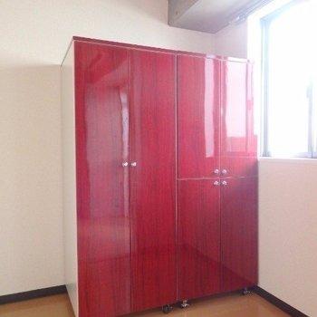 可動式の収納は赤色!お部屋のアクセントに。(※写真は5階の反転間取り別部屋のものです)