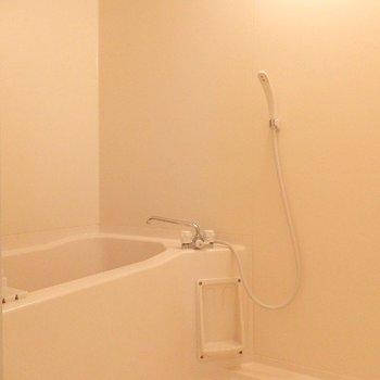 お風呂もシンプル。(※写真は5階の反転間取り別部屋のものです)