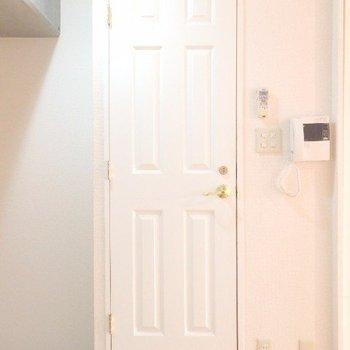 脱衣所への扉が可愛い!(※写真は5階の反転間取り別部屋のものです)