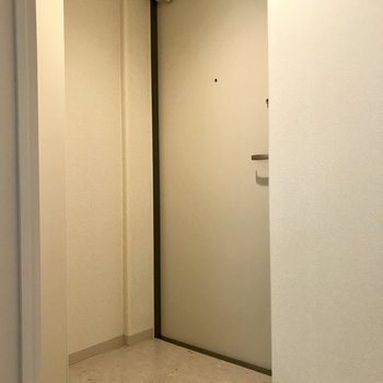 玄関はこちら。※写真は別部屋のもの