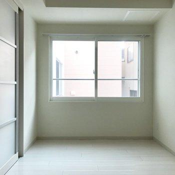 この窓は光が入ってきます〜明るい◎※写真は別部屋のもの