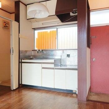 こちらキッチン。ゆとりがありますよ。※写真はクリーニング前のものです。