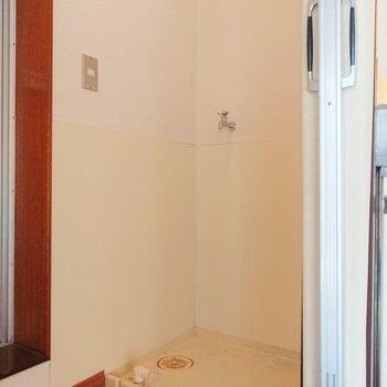 キッチンと浴室の間が洗濯機置き場になっています。※写真はクリーニング前のものです。