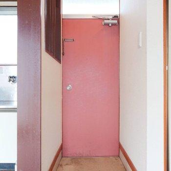 こちら玄関。靴箱が無いので気にいったものを探してみて。※画像はクリーニング前のものです。※写真はクリーニング前のものです。