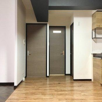 キッチン横に冷蔵庫置場。左側のドアは洋室に続いています。