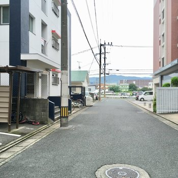エントランス側は人通りも少ないけど、反対側は駅につながる道路です。