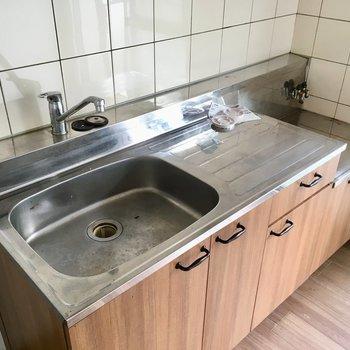キッチンのコンロは持ち込みです。1人ならちょうどいいサイズ感。(※写真は清掃前のものです)