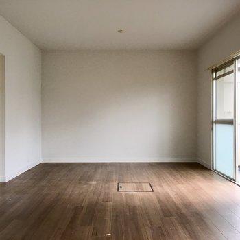 奥がベッドスペースにしようかな?収納がないからディアウォールで収納を作っても◎(※写真は清掃前のものです)