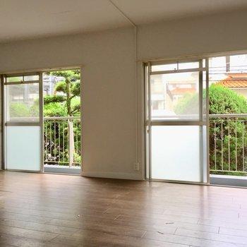 窓はバルコニー側に2面分。光もしっかり取り込みます。(※写真は清掃前のものです)