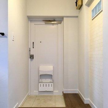 玄関にはシューズボックスはありせんが、組み立て式のものが置けそうです。(※写真は清掃前のものです)