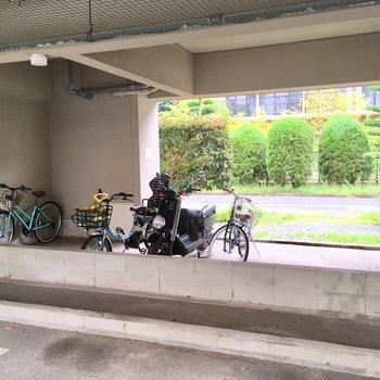 自転車置き場は1階にあります。