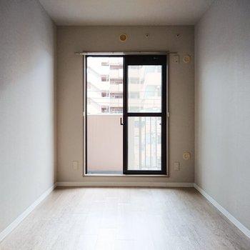 【洋室5.5帖】キッチンの裏には細長いお部屋。