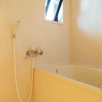 浴室は窓付き。風通しも良好です。