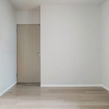 【洋室6帖】玄関横のお部屋は幅があります。