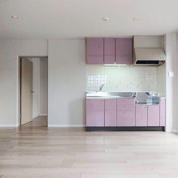 【LDK】キッチンのピンクは、グレイッシュで落ち着いた印象です。