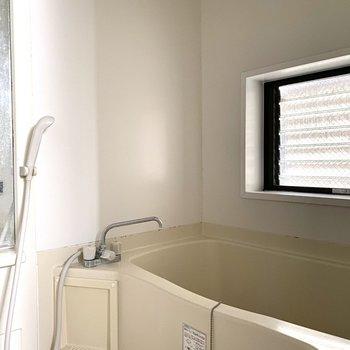 浴室にも小窓があるので換気できますね