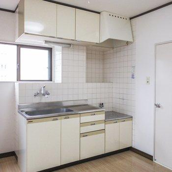 白タイルがかわいいキッチンです。小さな窓があるのも嬉しいですね。※写真は前回募集時のものです