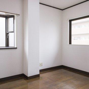 玄関手前の洋室です。2つの四角い窓から光が差し込みます。※写真は前回募集時のものです