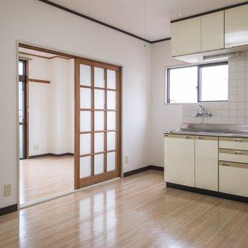 廊下をすすんでキッチンスペースです。冷蔵庫はキッチンの左側に。※写真は前回募集時のものです
