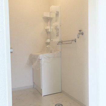 脱衣所に洗面台と洗濯機置場が並んでいます。※写真は前回募集時のものです