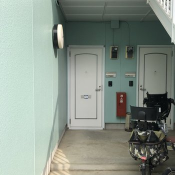 左側のドアが今回のお部屋ですよ。