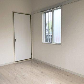【洋室】窓際に収納が。※写真は前回募集時のものです