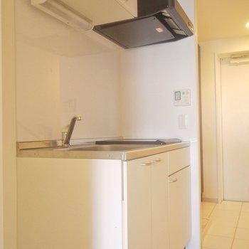冷蔵庫も隣に置けます。※写真は同タイプのもの