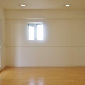 2面採光で明るい。※写真は、同タイプの2階部分。