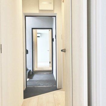 廊下は白くて明るい印象※写真は工事中・2階同間取り別部屋のものです