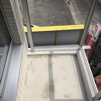 バルコニーは窓をまたいで出入りします※写真は工事中のものです