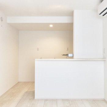 白くて清潔感のある居室※写真は2階同間取り別部屋のものです