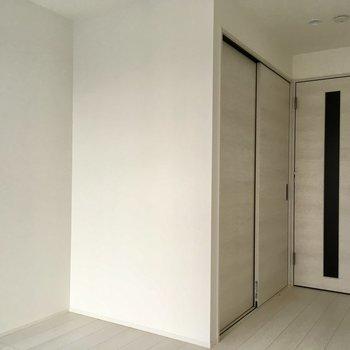 ベッドは左の壁側がいいかな。※写真は工事作業中・通電前のものです