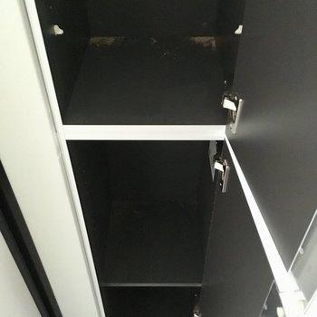 靴箱は細長く、天井近くまであります。※棚板は設置前です※写真は工事作業中・通電前のものです