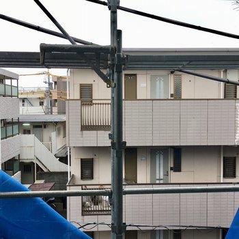 眺望は道を挟んでお隣のマンション。※柵は設置前です