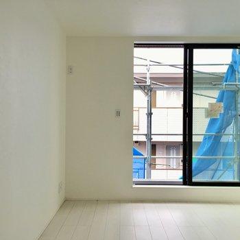 居室に入ると…ホワイトのシンプルな内装です。※写真は工事作業中・通電前のものです