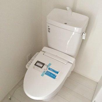 トイレはウォシュレット付き。ゆったりしたスペースです。※写真は工事作業中・通電前のものです