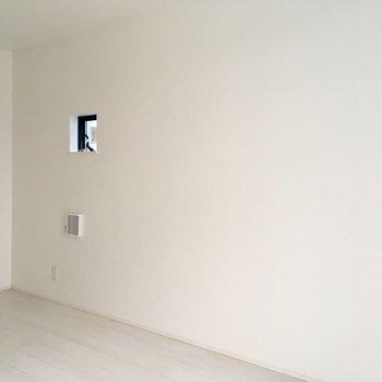 小さい窓からも光が入ります。背の低い収納棚を置こうかな。※写真は工事作業中・通電前のものです