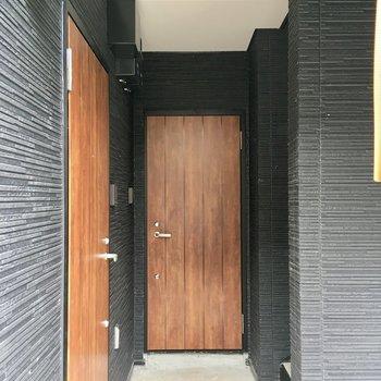 玄関扉。木目調の温かみを感じますね。