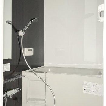 浴室はモノトーンで、スッキリとした印象。※フラッシュを使用して撮影しています