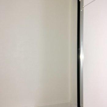 玄関はちょっぴり奥まった場所に。※フラッシュを使用して撮影しています
