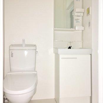洗面台にはラックがあるので、化粧水もたっぷり置けますよ。※フラッシュを使用して撮影しています