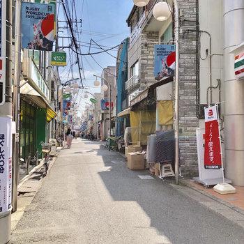 駅までの道には商店街がありました