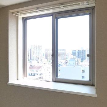 ちいさな窓は出窓!なので、インテリアを楽しめます。