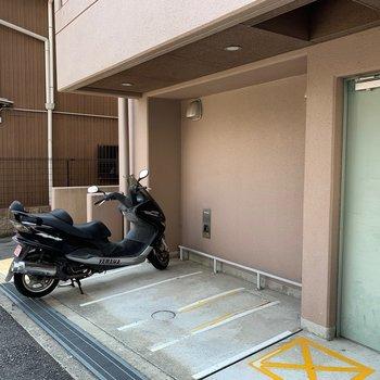 バイクはゴミ置き場の横に置けます。