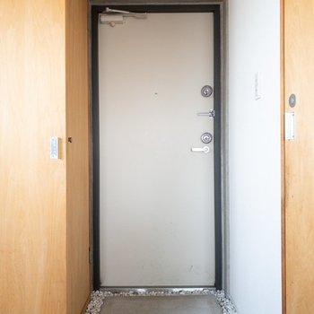 白い石が可愛らしい玄関。