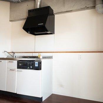 キッチン横には冷蔵庫や食器棚が置けそうな広いスペースが◎