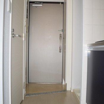 玄関は少し狭いかも。二人一緒には入れない!