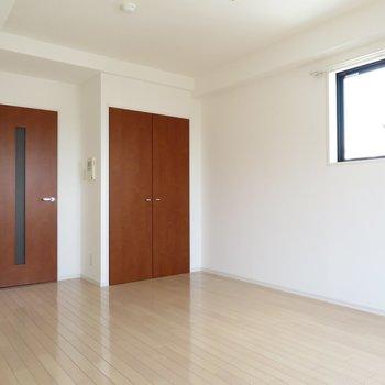 シンプルだけど扉の色が大人めなお部屋となります※写真は同間取り別部屋のものです。