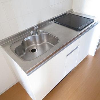 2口コンロのシステムキッチンです(※写真は14階の同間取り別部屋のものです)