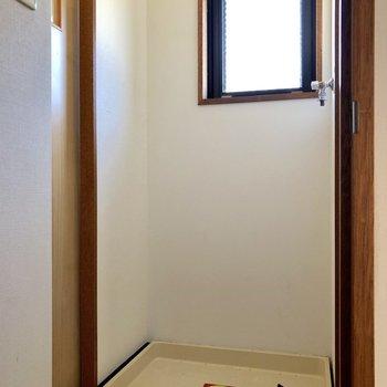 ドアを開けると、洗濯機置場があります。小窓もついています